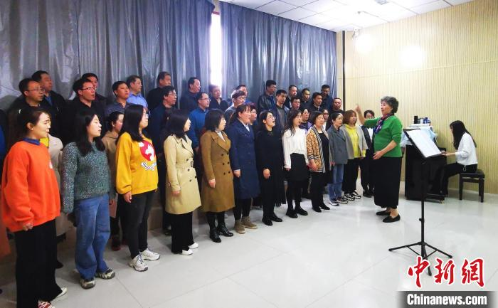 静乐县文化活动中心的排练场内,李克正在辅导合唱团团员。 杨杰英 摄