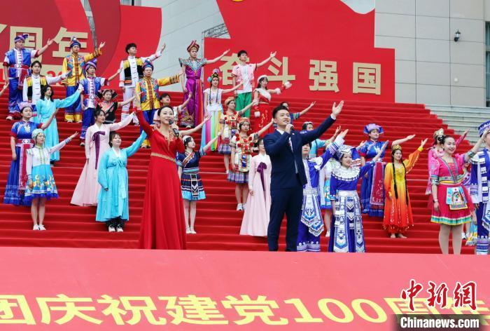 """广西大学生唱山歌""""花式告白""""庆祝建党100周年"""