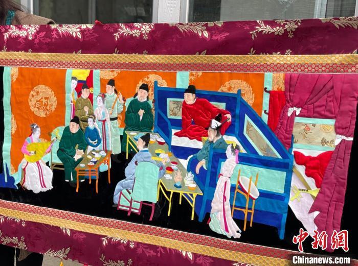 图为叶启莲制作的长达六米的堆绣《韩熙载夜宴图》一角。 祁绣娟 摄