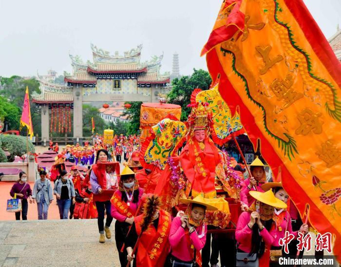 泉州宫庙陆续登岛,惠安女成为一景。 徐国荣 摄