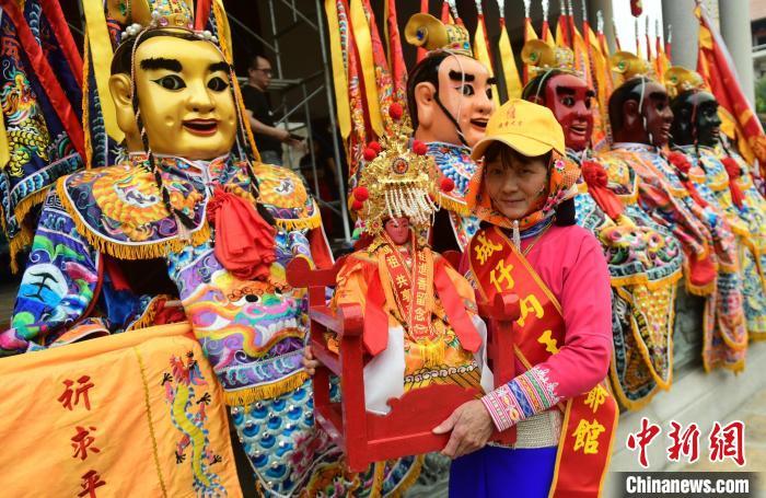 独具福建特色的阵头演出和惠安女服饰十分亮眼。 徐国荣 摄