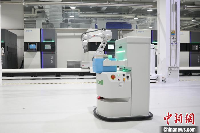 细胞库配备自主研发的自动化存储装备及AGV机器人,通过中国电信5G边缘计算全自动调度系统运维。 张亨伟 摄