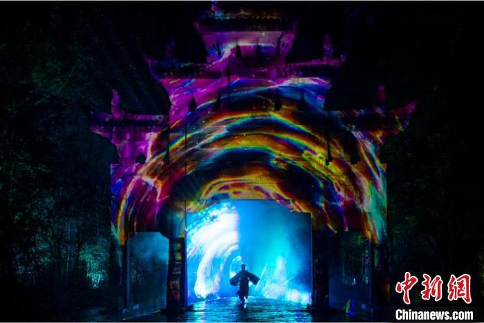 《剑门长歌》时光隧道情景。 苗志勇 摄