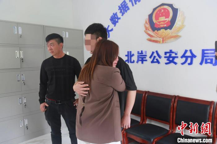 莆田北岸警方帮助贵州夫妇寻亲。 孙卫锋 摄