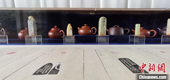 """""""避暑山庄七十二景系列展""""之紫砂茶壶等多种艺术表现形式 张桂芹 摄"""