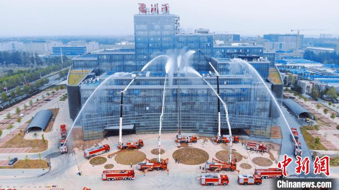 河北廊坊举行高层建筑灭火演练 智慧化手段应用于救援