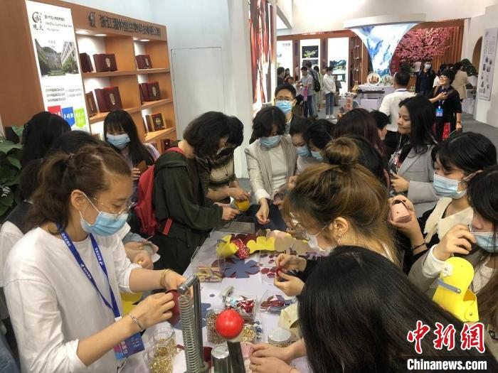 温州文博会上,观展者正在制作零钱包、小提包。 潘沁文 摄