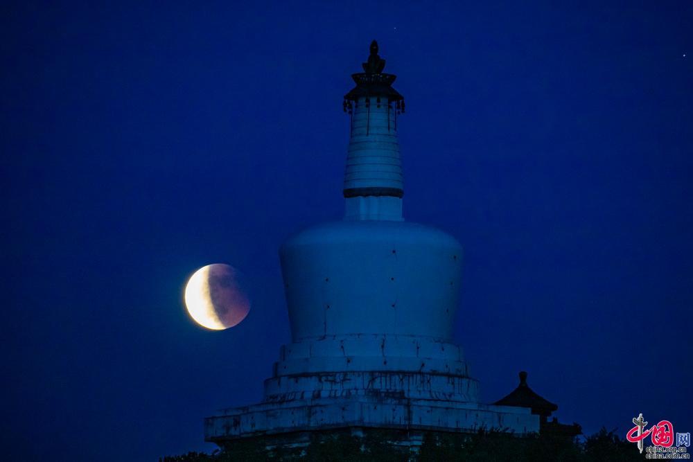 """""""超级月亮""""和""""月全食""""同时在夜空上演[图]"""